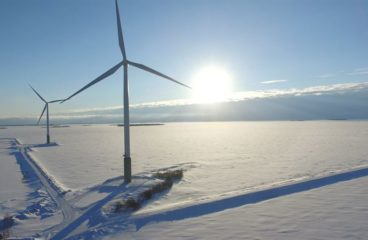 Vindturbiner i snöigt landskap