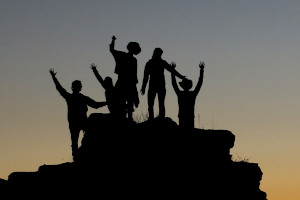 Silhuettes of a group on a hilltop