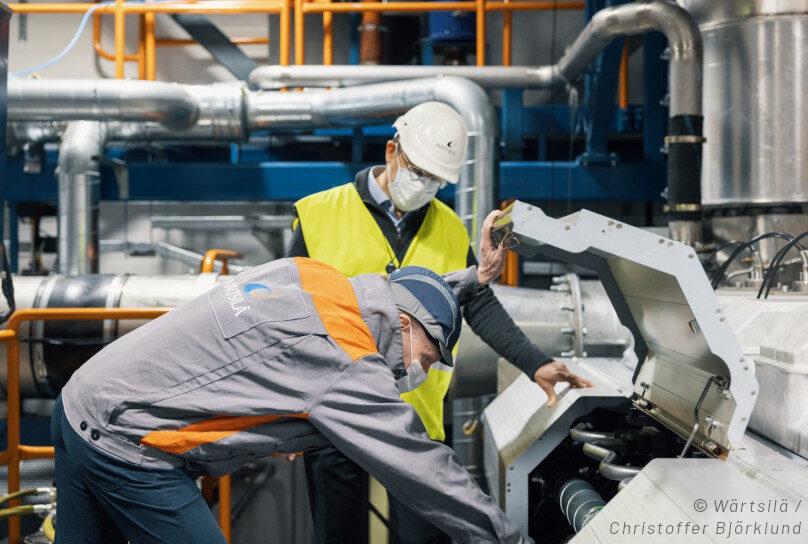 Teamet vid Wärtsiläs motorlaboratorium i Vasa utför fullskaliga test.
