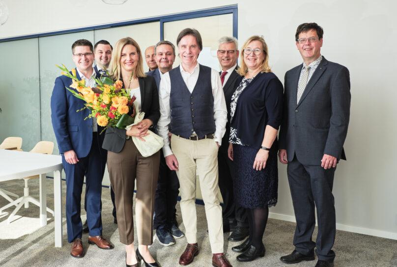 Dermoshops Suvi Markko och Henry Backlund, båda två längst fram, gratuleras av (från vänster) Mikko Ollikainen, Joakim Strand, Hippi Hovi, Anders Norrback, Göran Östberg, Christina Båssar och Kaj Svels. Foto: Linus Lindholm