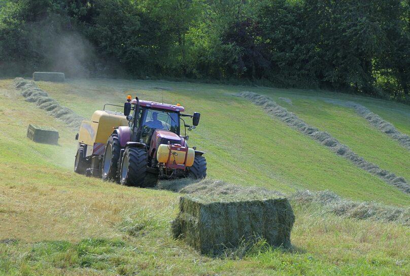 Traktori ajaa nurmea